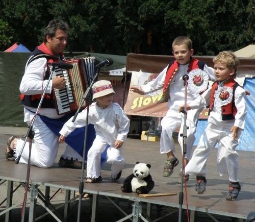 09_z_vystupenia_slovackej_folklornej_skupiny._500x435.jpg