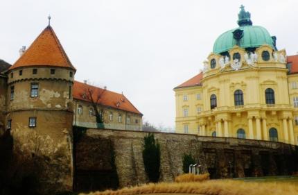 14_zvysky_gotickeho_hradu_a_barokovy_klastor.jpg