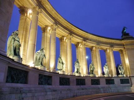 Budapešť Kolonáda hrdinov maďarských dejín11.jpg