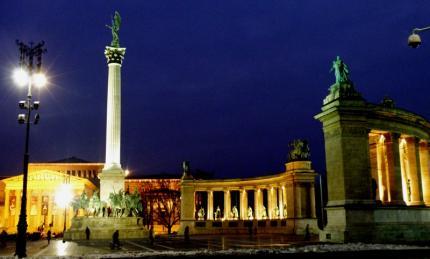 Budapešť Pomník milénia stráži archanjel Gabriel na korintskom stĺpe10.jpg