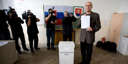 Predseda NR SR a strany SaS Richard Sulik sa zucastnil na hlasovani v Referende 2010.jpg