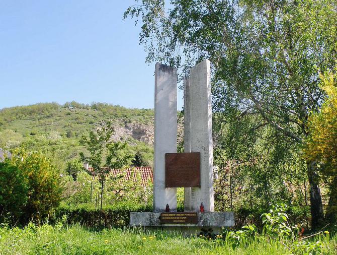 10_pomnik_zajatym_sovietskym_vojakom_v_zahradskarskej_osade_pri_devine.jpg
