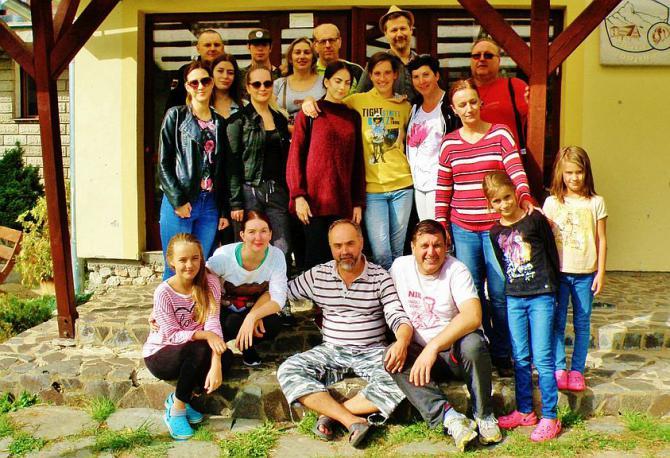 11_skupina_ucastnikov_37._rocnika_pochodu_clementisovou_cestou_pred_chatou_zbojska.jpg