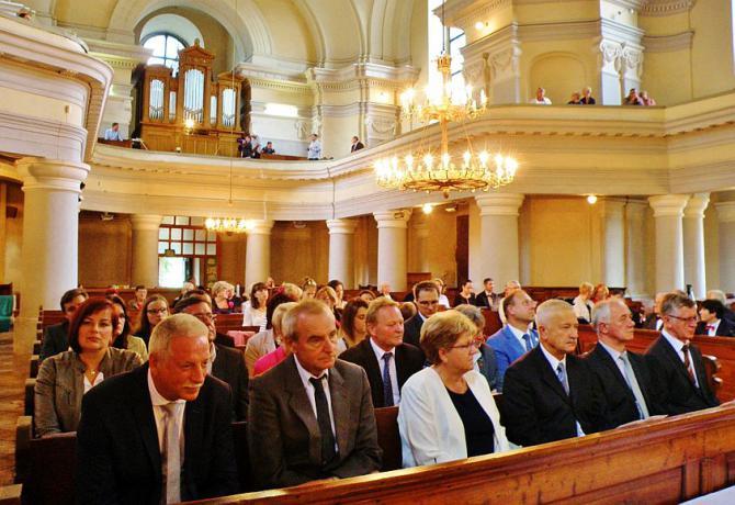 4_primator_tisovca_peter_minac_a_banskobystricky_zupan_jan_lunter_prvy_a_druhy_zlava_na_koncerte_v_evanjelickom_kostole.jpg