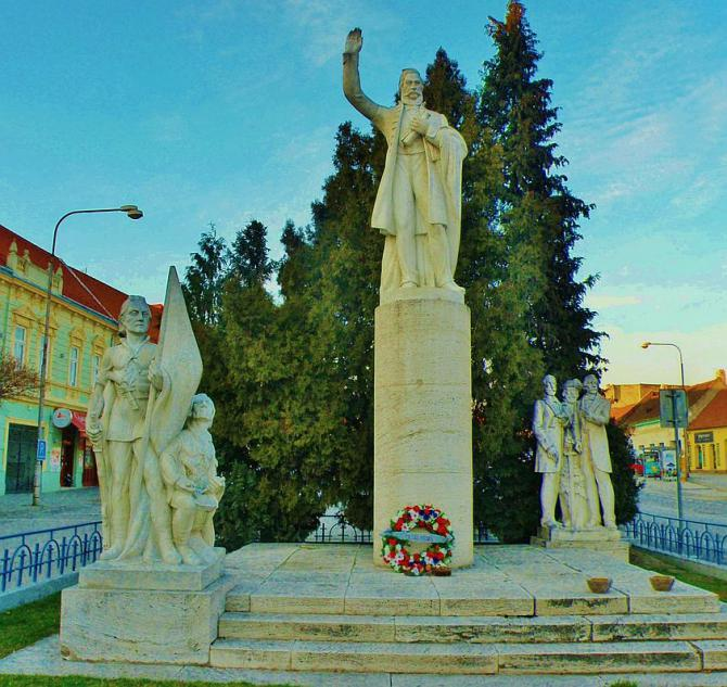 6_pomnik_od_akademickeho_sochara_frica_motosku_v_modre_na_sturovej_ulici.jpg