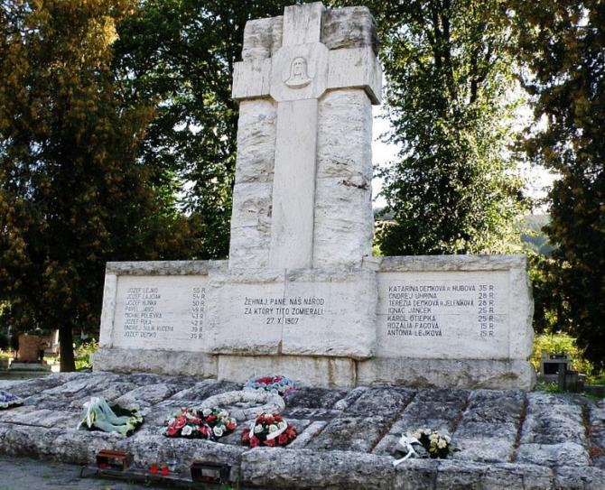 7_pomnik_martyromvcernovskej_tragedie._postaveny_podla_projektu_m._motosku_a_j._sladka.jpg