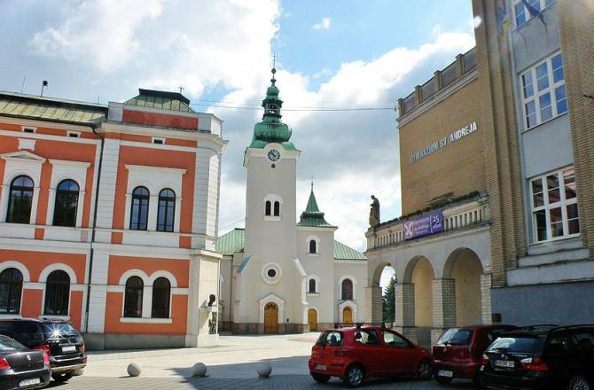 9_kostol_sv._ondreja_zakladna_skola_sv._andreja_a_radnica_kde_bola_aj_fara_na_namesti_a._hlinku_v_ruzomberku.jpg