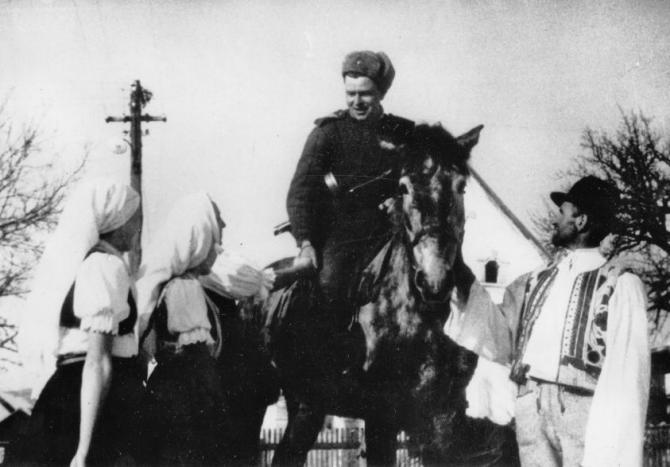 obyvatelia_nizneho_skalnika_v_rozhovore_s_rozviedcikom_cervenej_armady_januar_1945.jpg