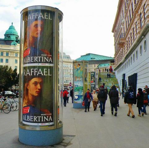 03_putac_na_vystavu_rafael_pred_palacom_albertina_na_viedenskom_na.jpg