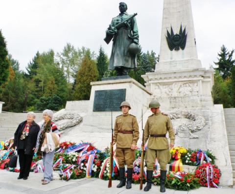 10_pamiatkove_foto_pred_pomnikom_padlym_sovietskym_vojakom_zasypanym_vencami._600x495.jpg