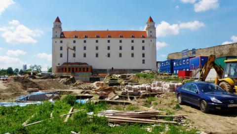 11_archeologicke_vykopavky_a_stavba_podzemnej_garaze_na_severnej_terase_v_juni_2011._670x379.jpg