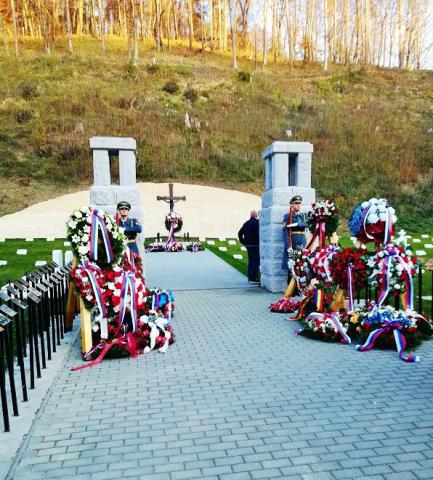 11_pietny_akt_na_vojnovom_cintorine_v_trencine_-_kubrej.jpg
