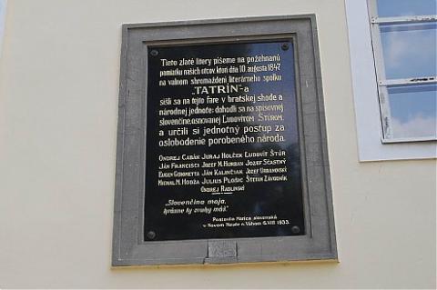 12_pamatna_tabula_na_historicku_sednicu_spolku_tatrin_v_roku_1847_na_cachtickej_fare._494x328.jpg