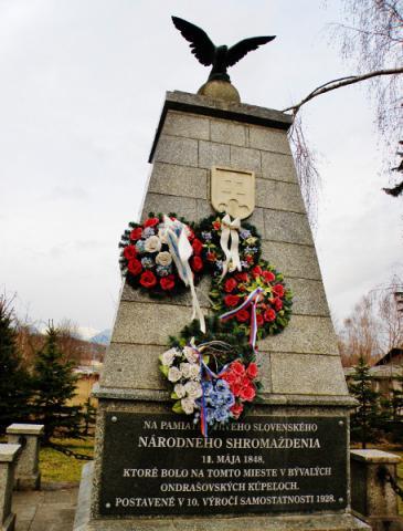 16_pomnik_pripominajuci_vyhlasenie_ziadosti_slovenskeho_naropda_v_maji_1848_v_liptovskej_ondrasovej._456x600.jpg