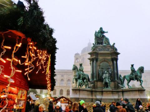 19._vianocny_trh_pod_pomnikom_marie_terezie.jpg