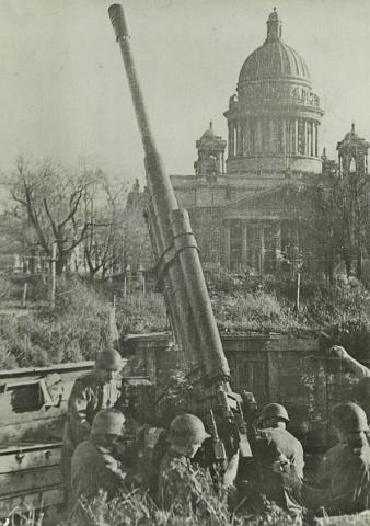 2._sovietski_delostrelci_na_namesti_pre_izakyjevskym_chramom._foto_muzeum_blokady_leningradu.jpg