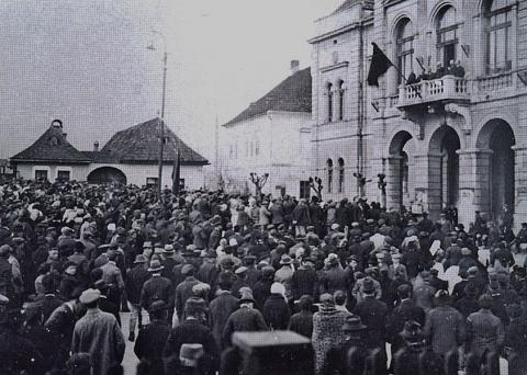 22_velke_zhromazdeie_na_podporu_vzniku_csr_v_novembri_1918_pred_ruzomberskou_radnicou.jpg