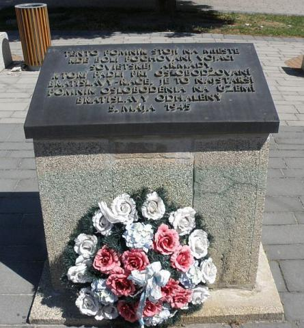 2_pomnicek_sovietskym_vojakom_na_namesti_a._hlinku_v_raci_kedysi_namestie_hrdinov_cervenej_armady1.jpg