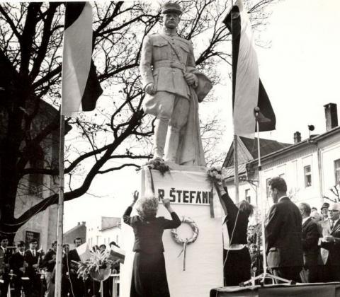 2_v_roku_1968_zrestaurovanu_sochu_postavili_v_parciku_pred_evanjelickym_kostolom.jpg