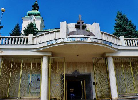 31_hlinkove_telesne_pozostatky_preniesli_do_novobydovaneho_mauzolea_pod_ruzomberkym_kostolom_31._oktobra_1939.jpg