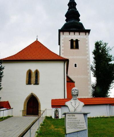 4_socha_andreja_hlinku_pred_kostol_v_liptovskych_sliacoch_kde_posobil_v_rokoch_1892_az_1905.jpg