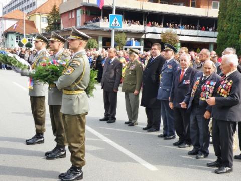 6_predseda_szpb_pavol_seckar_s_veteranmi_2._svetovej_vojny_pred_pomnikom_generala_ludvika_svobodu_vo_svidniku._600x450.jpg