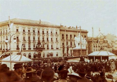 7._slavnostne_odhalenie_sochy_marie_terezie_v_bratislave_1897.jpg