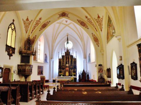 7_neogoticky_interier_farskeho_kostola_v_dolnom_kubine.jpg