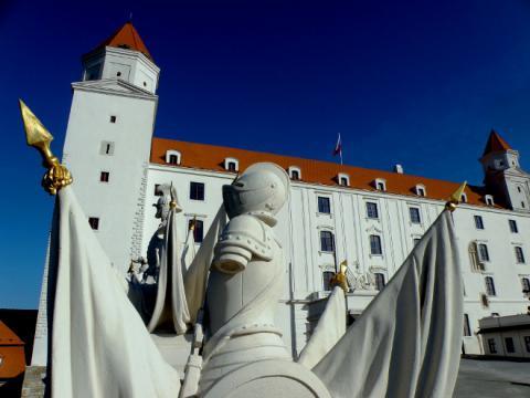 8_bratislavsky_hrad_po_rekonstrukcii_vojenske_trofeje_na_zapadnej_vitaznej_brane_a_hlavne_priecelie_palaca._660x495.jpg