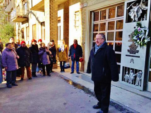 autori_clanku_na_spomienkovom_stretnuti_pred_vchodom_do_gajovej_ulice_c._11_ktore_zorganizoval_szpb_a_kns._v_popredi_martin_krno_v_rade_prvy_sprava_igor_schmidt._december_2017.jpg