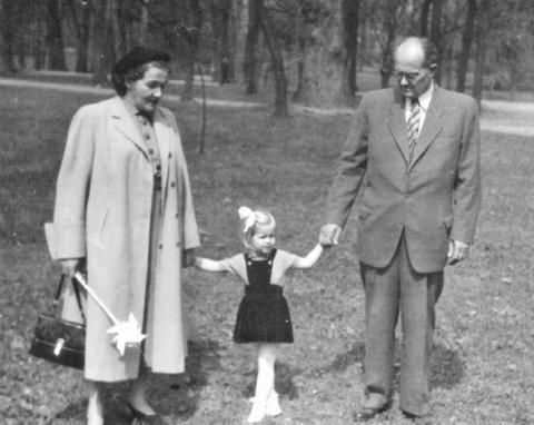 karol_smidke_s_manzelkou_valeriou_a_vnuckou_tanou_prvy_maj_1952_park_v_petrzalke.jpg