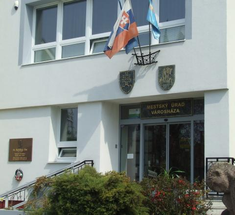 mestsky_urad_s_habsburgovou_tabulou.jpg