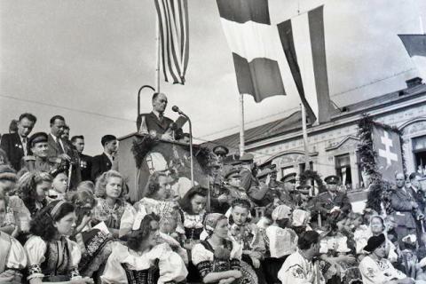 oslava_prveho_vyrocia_snp_v_bratislave._slavnostnu_rec_predniesol_predseda_snr_karol_smidke._29._augusta_1945.jpg